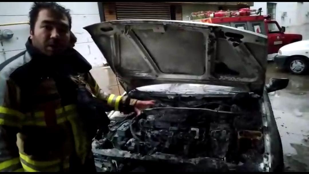 اطفاء و مهار حریق خودرو پژو 405 در خیابان پارسا