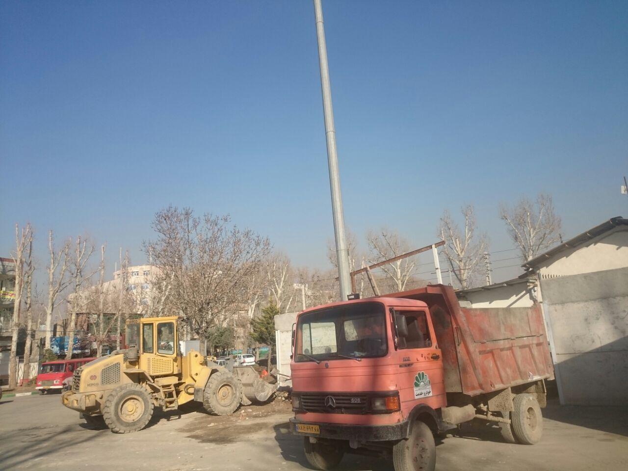 پاکسازی نخاله های انباشت شده در قسمتی از خیابان ولیعصر(عج) جنوبی