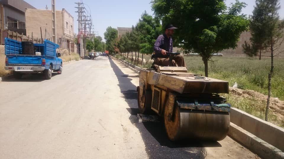 تاکید شهردار احمدآباد مستوفی بر ادامه کار لکه گیری و بهسازی وضعیت خیابان های شهر