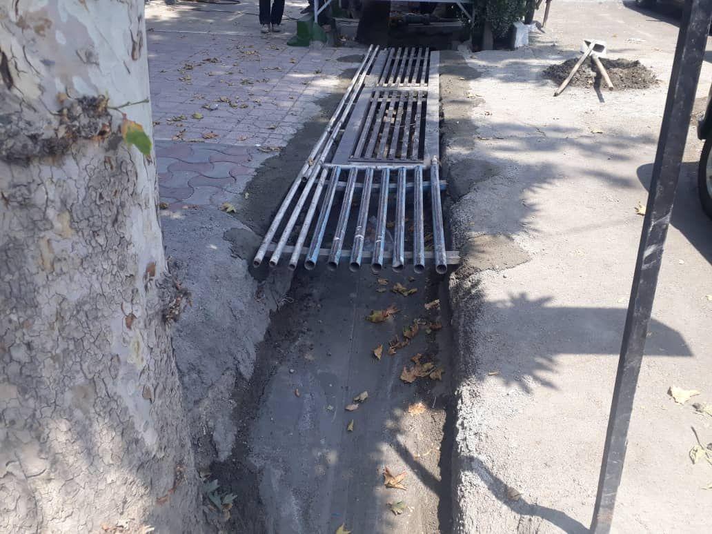 کف سازی و شیب بندی بخشی از جوی آب و جدول بلوار شهید ابوالقاسم