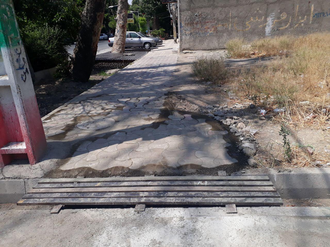 ترمیم سنگفرش و ساخت و نصب پل پیاده راه به سواره راه در ابتدای کوچه لاله های انقلاب اول