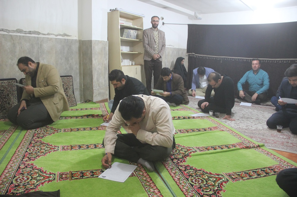 برگزاری مسابقه کتابخوانی به مناسبت دهه مبارک فجر در میان پرسنل شهرداری احمدآباد مستوفی